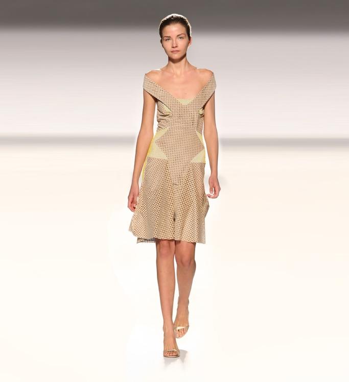 Angelo Bratis, rochie din alcantara dantelată