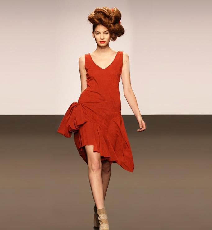 Elisa Palomino, rochie alcantara rosie